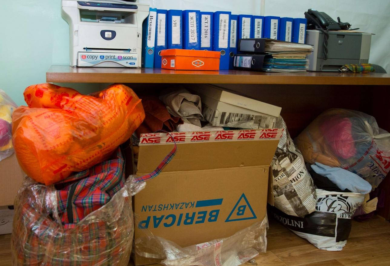 В фонд приносят вещи: одежду, обувь, школьные принадлежности для нуждающихся