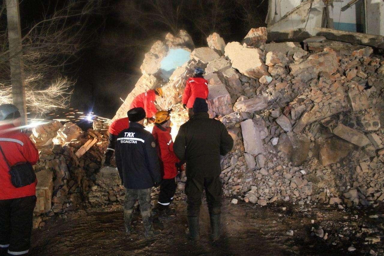 На месте обрушения работают спасатели