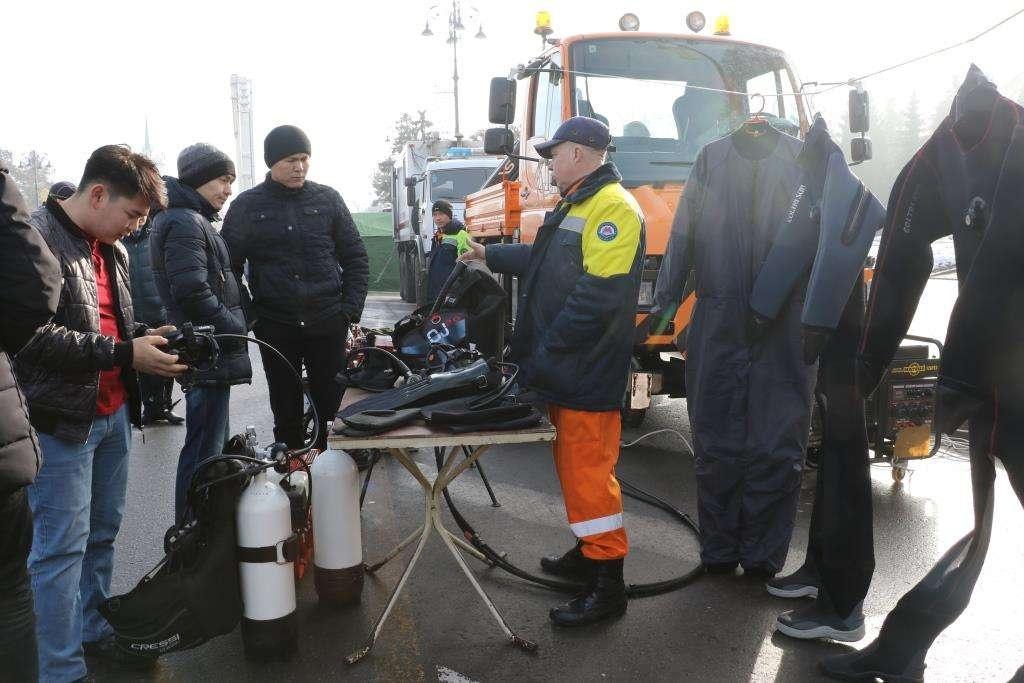 Спасатели рассказывали всем посетителям о возможностях техники и оборудования