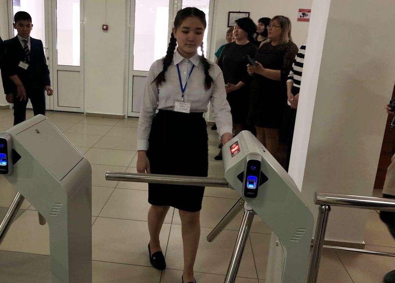 В одной павлодарской школе запустили пилотный проект. Теперь ученики заходят туда по отпечатку пальца