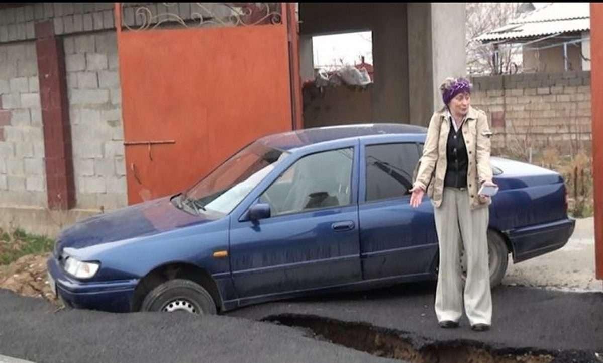 В яме оказался автомобиль, припаркованный у обочины
