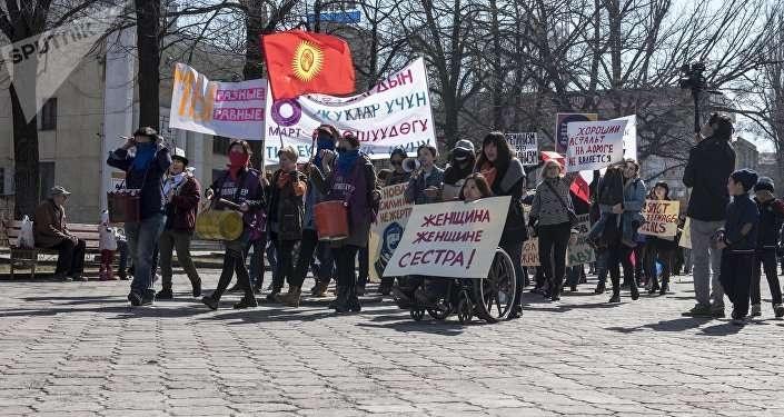 В марше участвовали не только женщины, но и мужчины