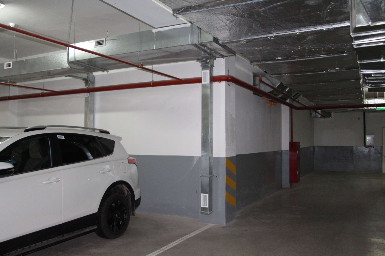 За этой стеной находится автомойка