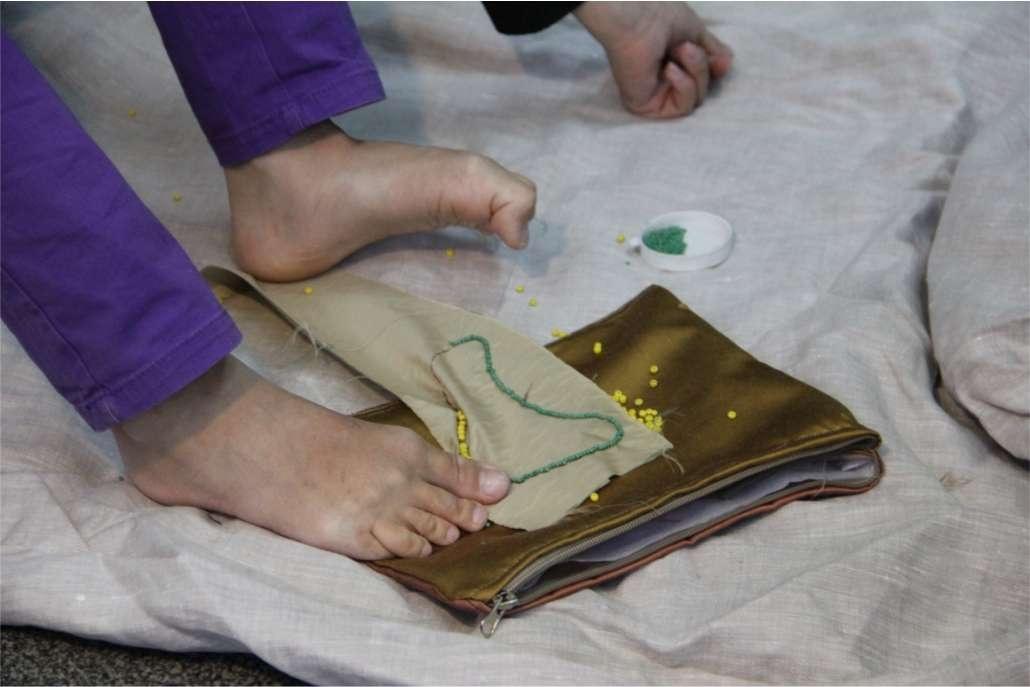 При необходимости инвалиды учатся делать работу ногами
