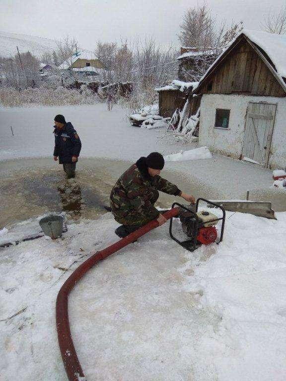 Спасатели откачивают воду из населённых пунктов.