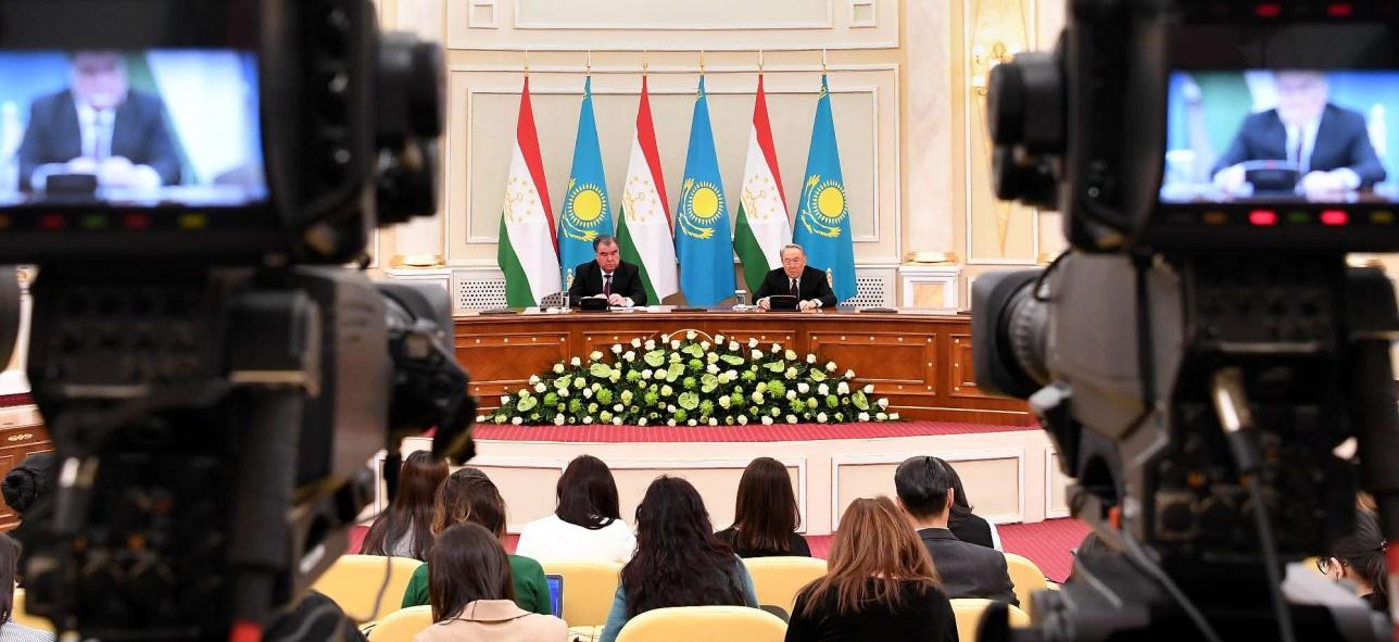 Президенты Казахстана и Таджикистана во время брифинга для представителей СМИ
