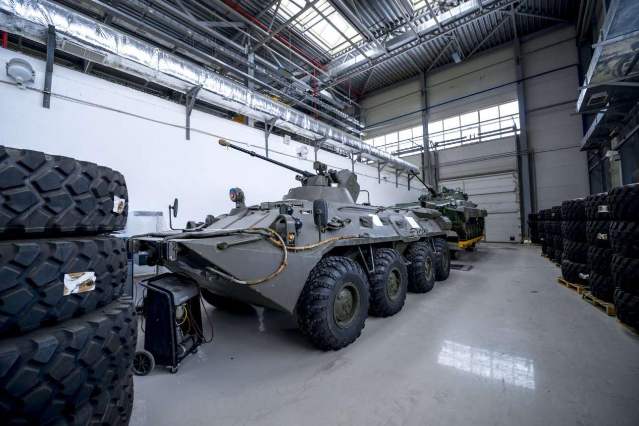 На заводе KPE cтоят БТР-82 т БМП-2. Руководство компании планирует провести с этими машинами эксперименты по возможной модернизации