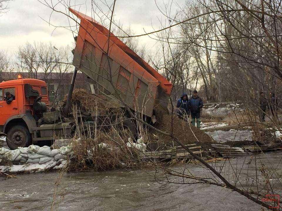 Рабочие вывозят снег и откачивают воду
