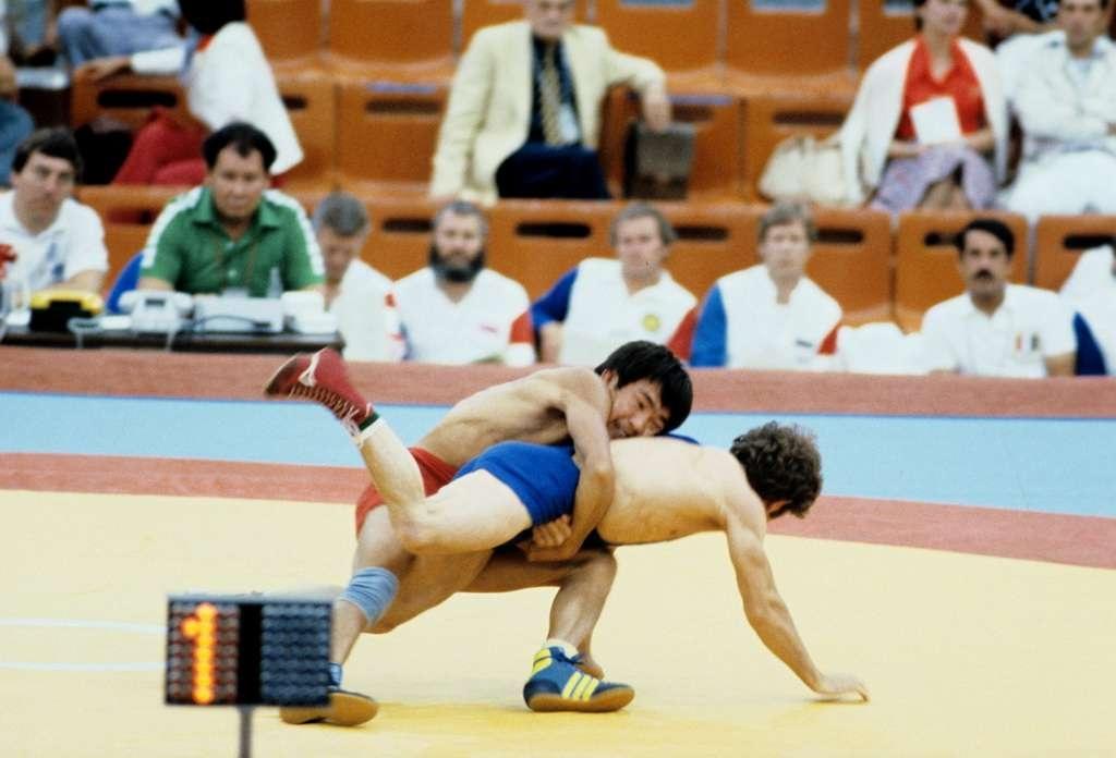 Жаксылык Ушкемпиров борется с болгарским спортсменом