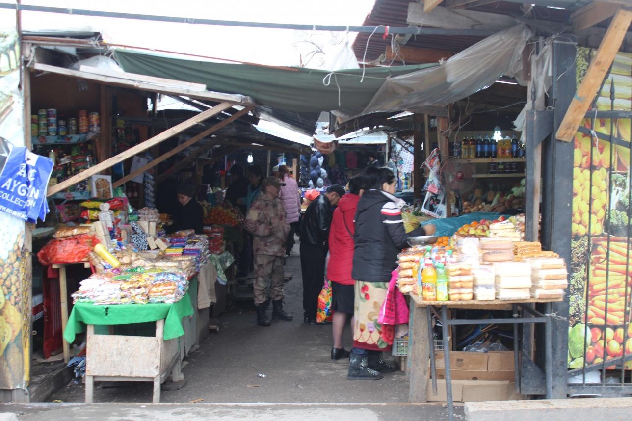 """Вся территория автовокзала """"Саяхат"""" выглядит как торговый рынок"""