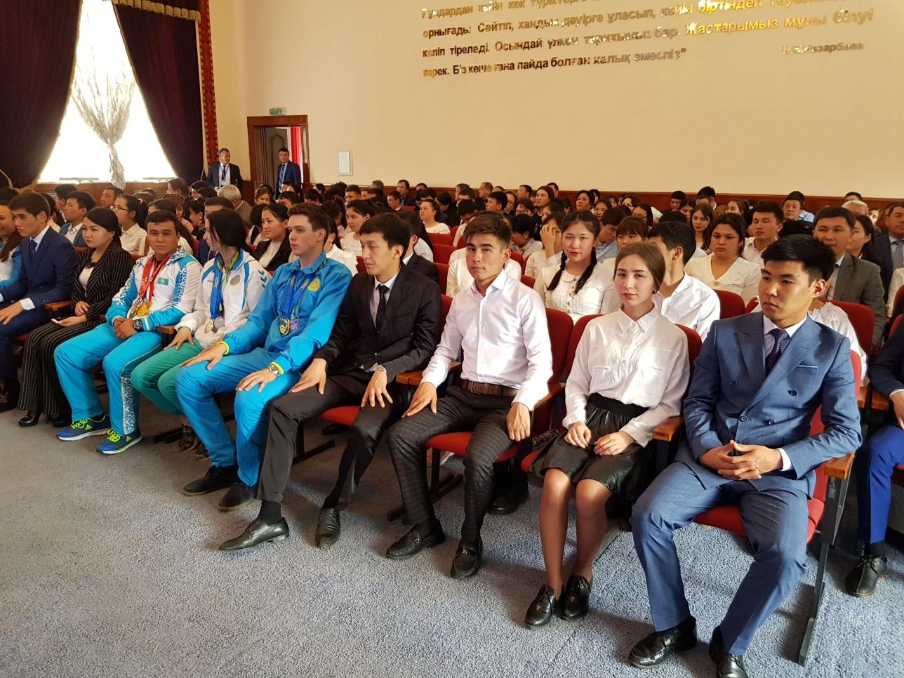 Студенты на встрече с Бакытжаном Сагинтаевым