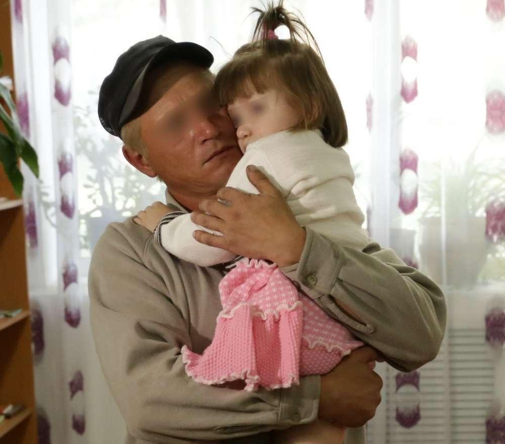 Милана с предполагаемым биологическим отцом Вячеславом. Он так и не вернулся за ней