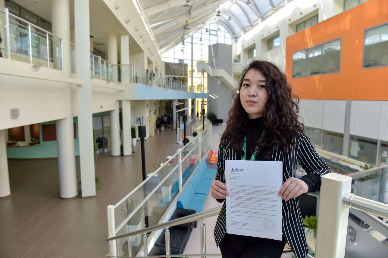 Выпускница Haileybury Almaty 2018 года Айшабиби Ашимбекова