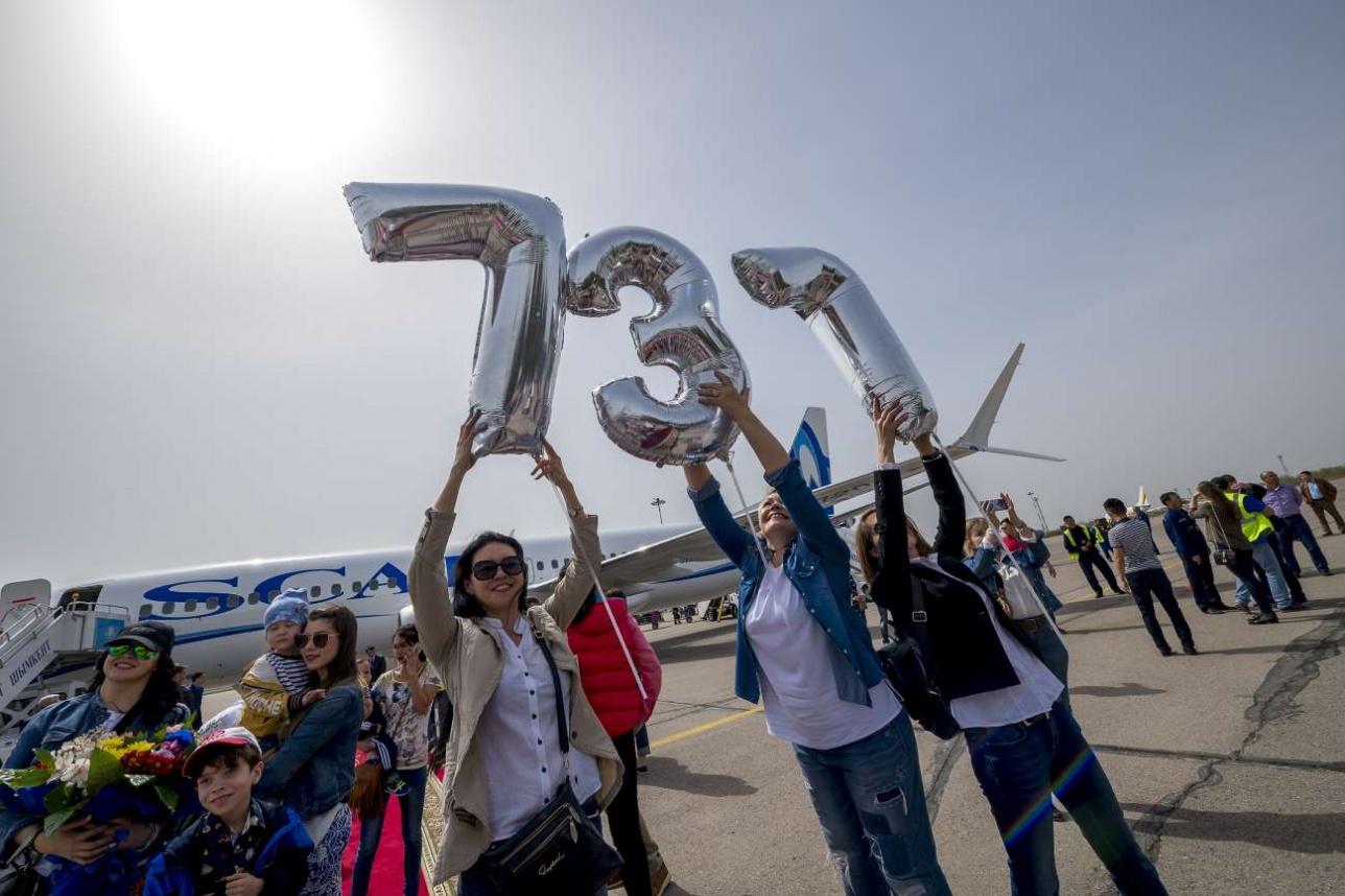 Сотрудники авиакомпании радуются новому самолету