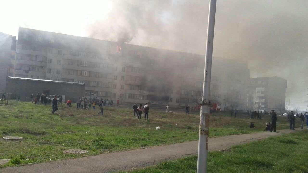 Для безопасности людей пришлось эвакуировать. Пока о ликвидации возгорания не сообщается