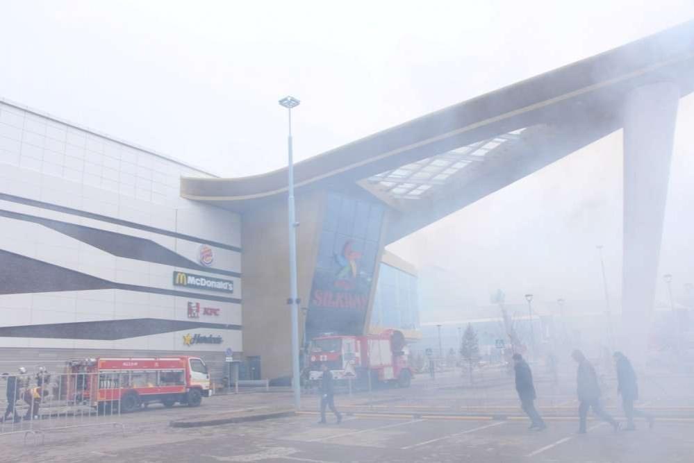 Десятки пожарных машин и спасателей столпились у главного входа в ТРЦ Mega Silk Way