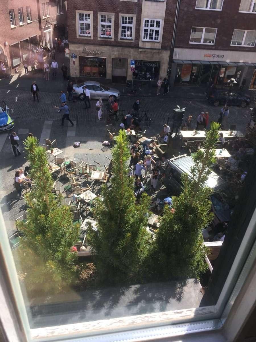 Фотография очевидцев с места происшествия.