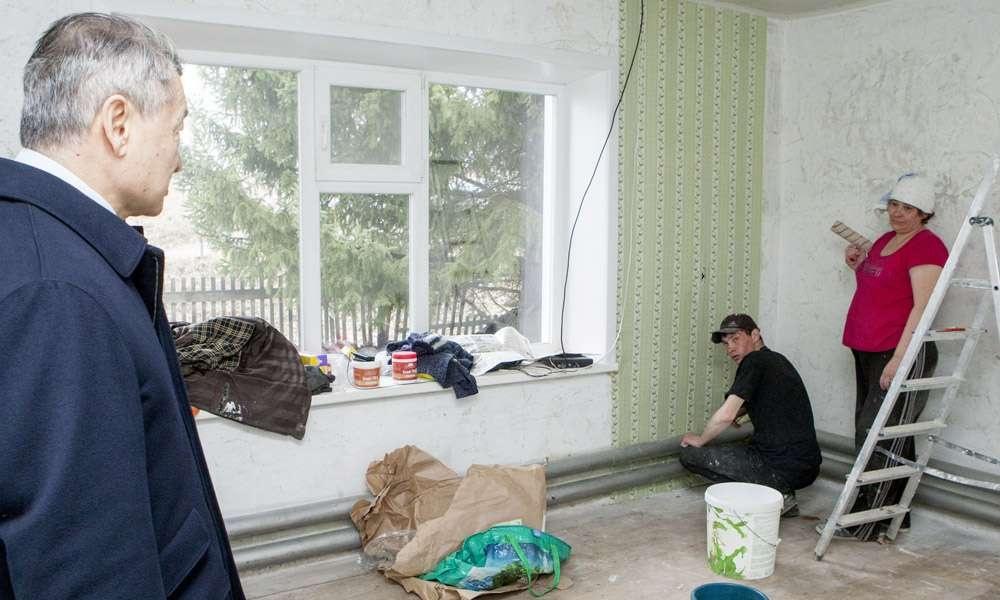 Некоторые сельчане отказываются от помощи строителей и делают ремонт сами