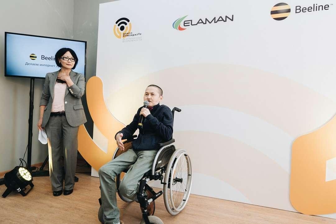 Алмаз Ержан приветствует гостей Центра инклюзивного дизайна
