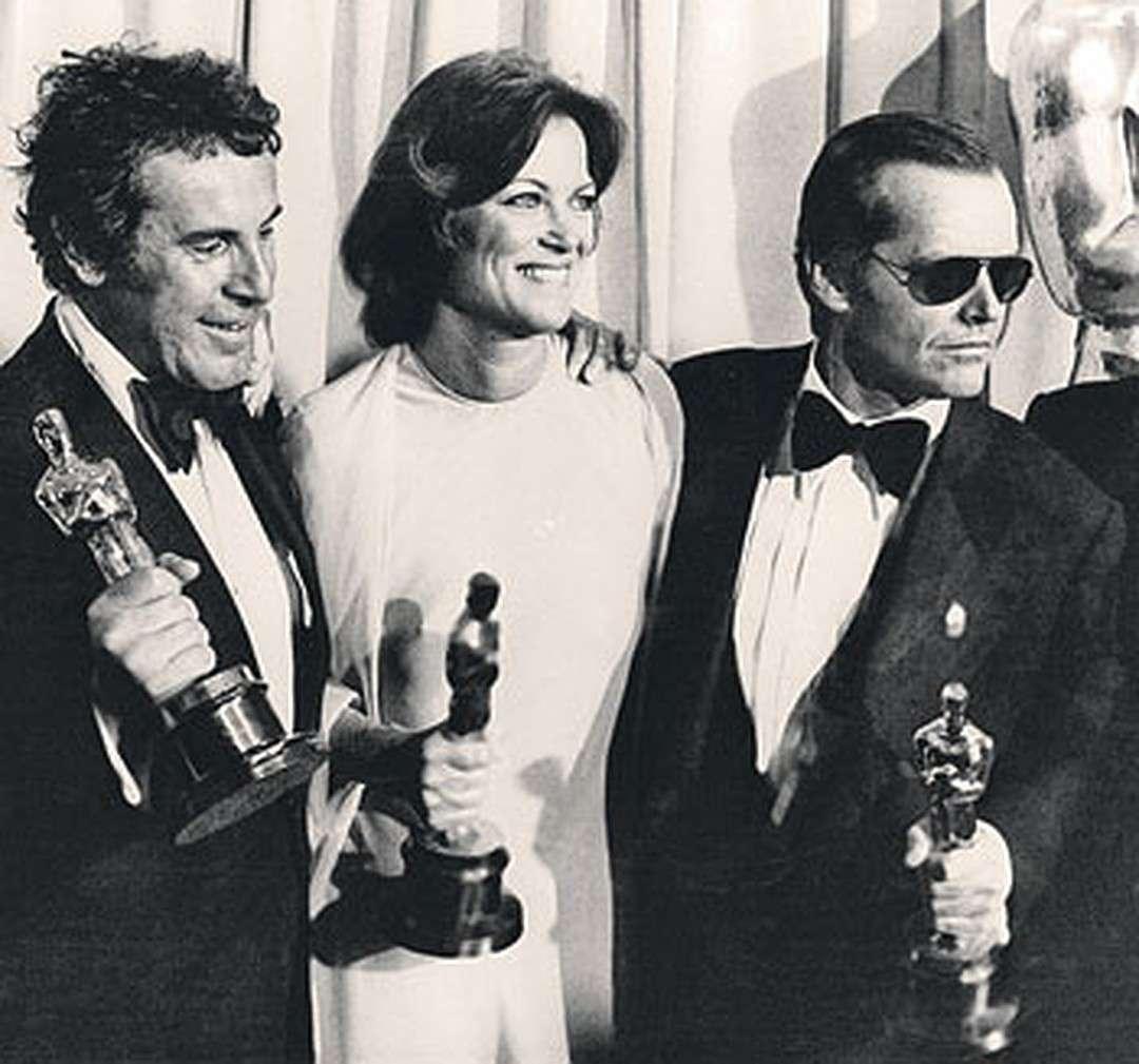 """Май 1976-го. Форман (слева) с актерами Луиз Флетчер и Джеком Николсоном (справа) держат своих """"Оскаров"""" за фильм """"Пролетая над гнездом кукушки"""""""