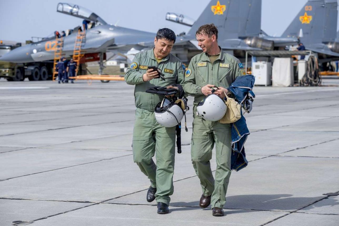 Иногда летчики снимают пилотаж из кабины на камерофоны
