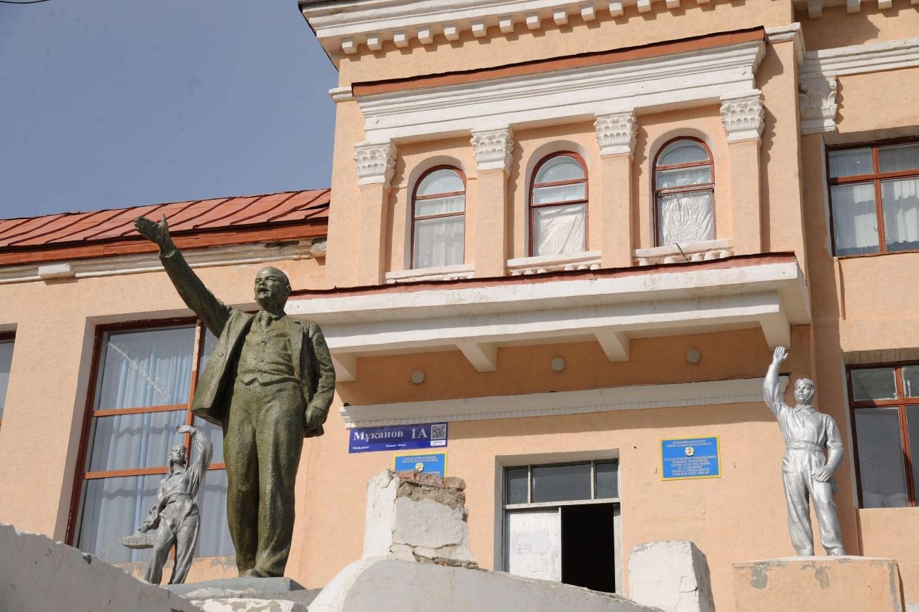 Мәдениет үйіне барсаңыз, Ленин ескерткіші қарсы алады