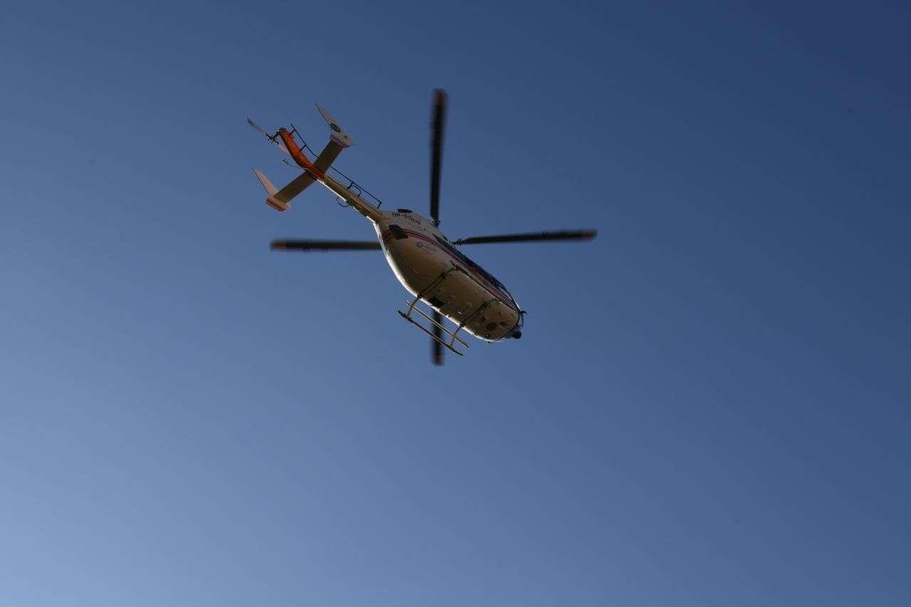 Вертолет проводит визуальный осмотр над местом происшествия