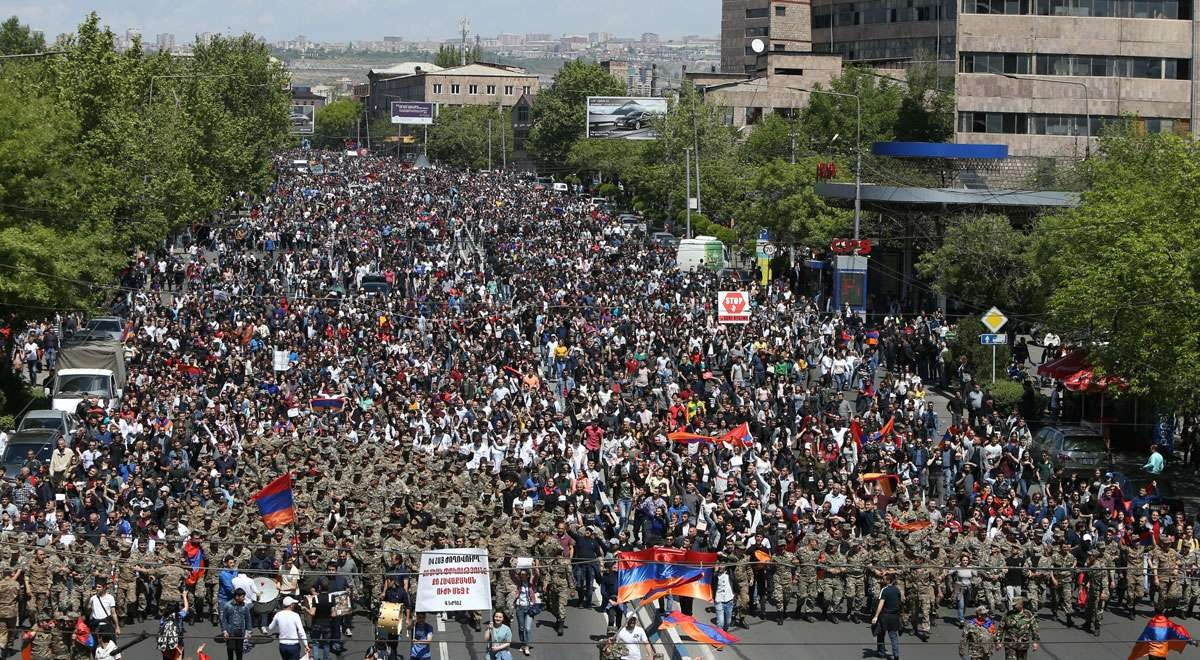 К протестующим присоединились военные