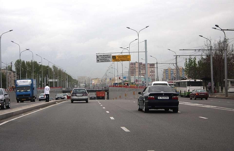 Хаотичная система дорожного движения в Алматы, приводит к экологическим проблемам