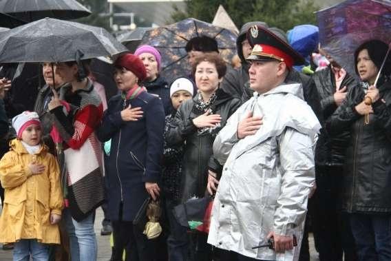 Дождь не помешал ни властям, ни жителям города встретить 1 мая на улице