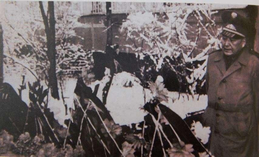Апат құрбандарын гүл шоғын қойып тұрған армия генаралі Сағадат Нұрмағанбетов