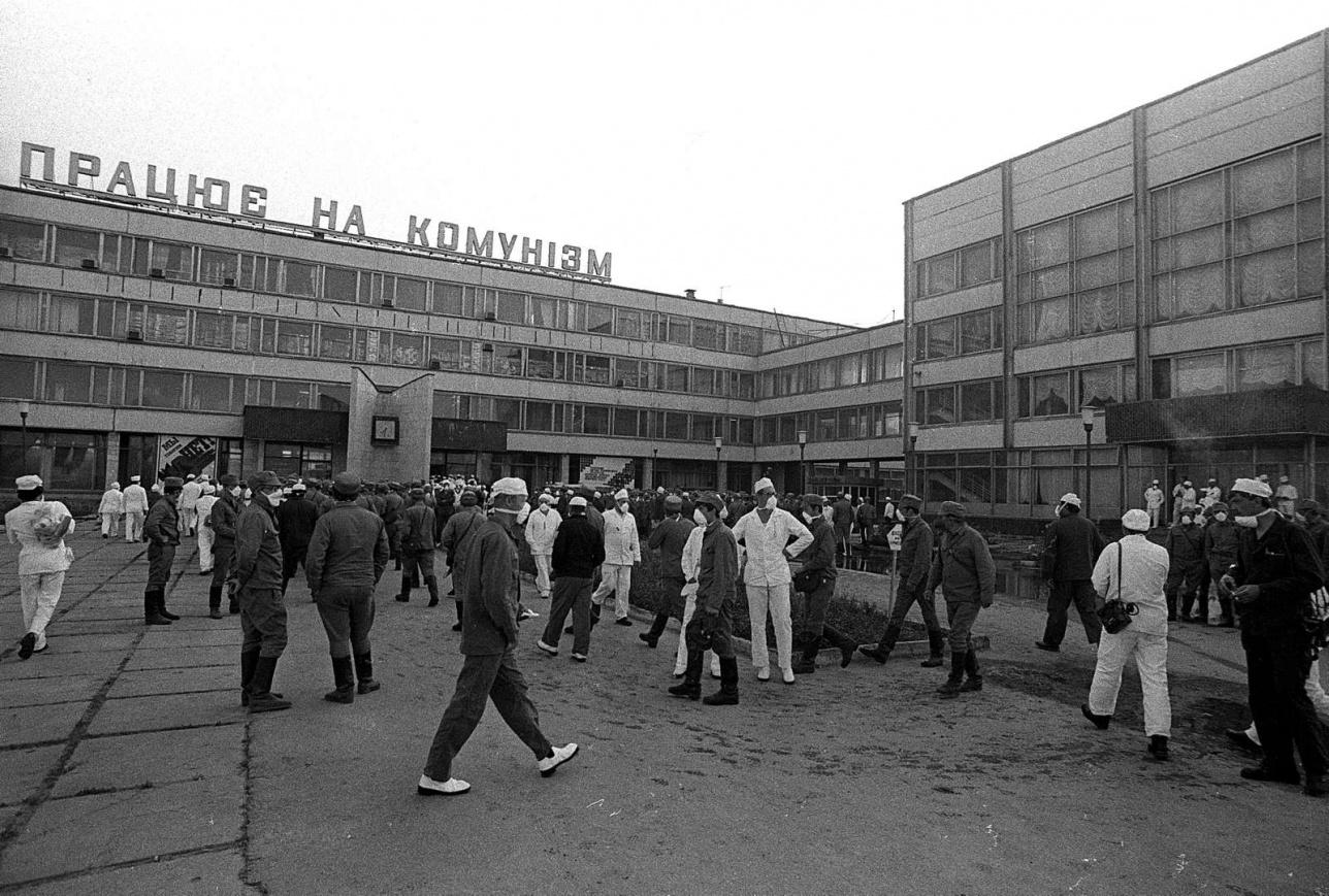 1986 жыл. Чернобыль АЭС-тің әкімшілігінің алдындағы адамдар.