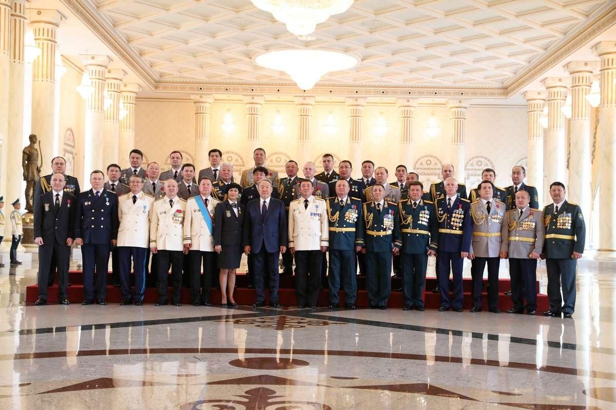 Президент вручил высшие награды военнослужащим