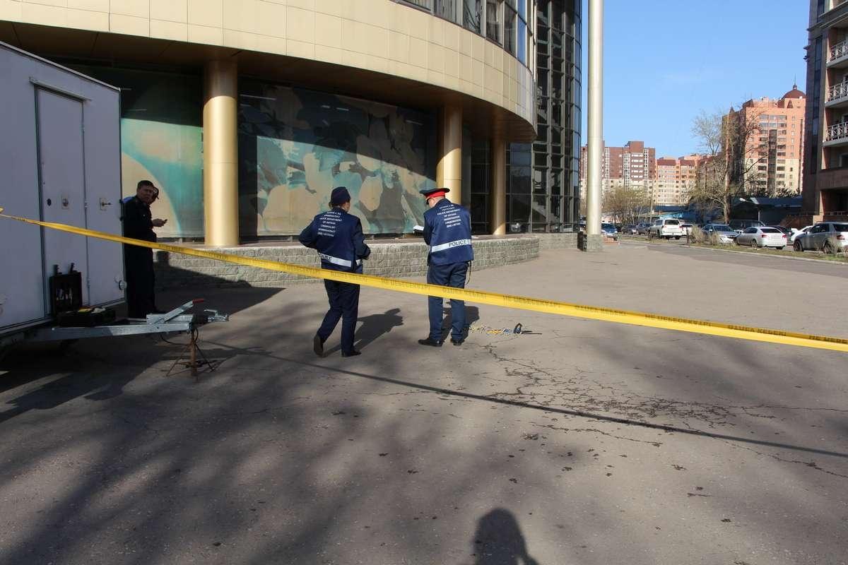 Полицейские обследует место происшествия