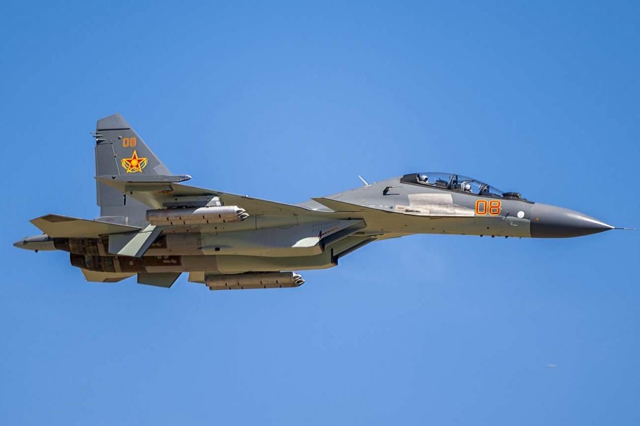 Многоцелевой истребитель Су-30СМ проходит над полигоном