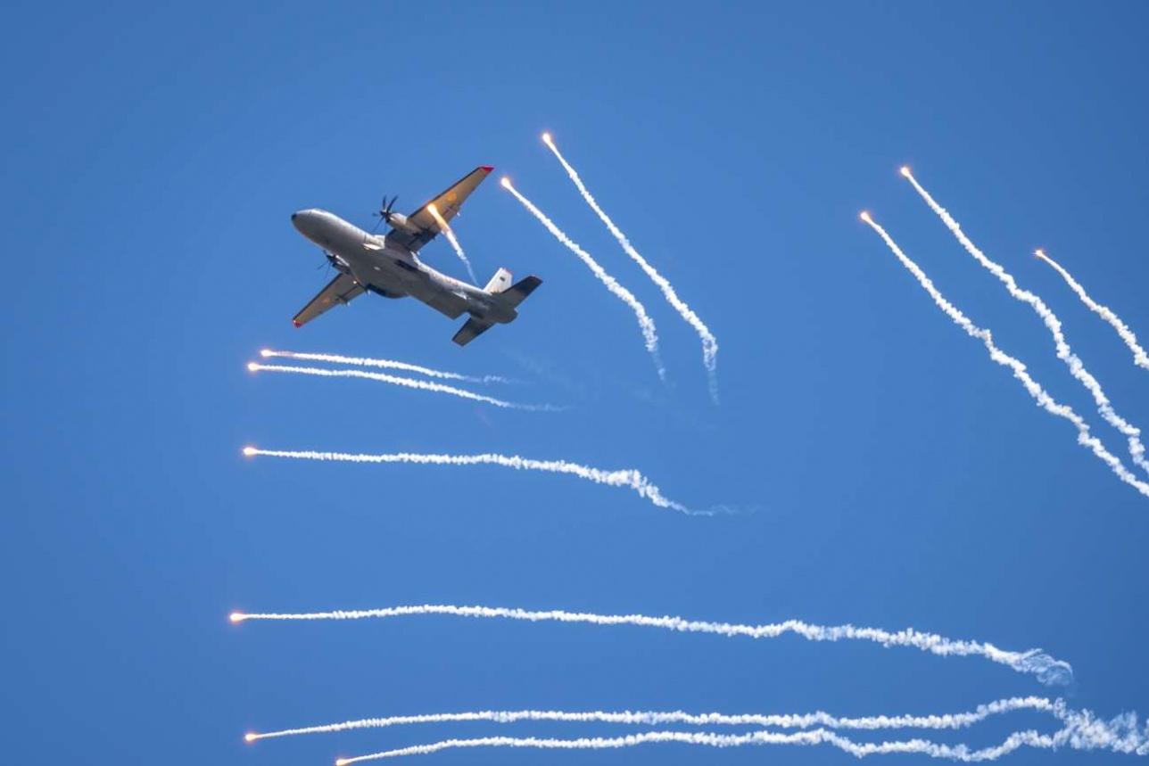 Военно-транспортный С 295 отстреливает тепловые ловушки