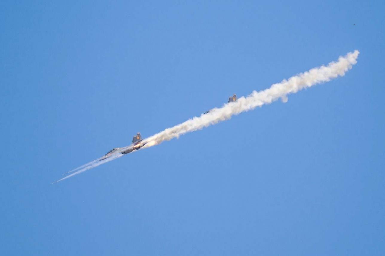 Пара Су-30СМ атакует наземный объект неуправляемыми авиационными ракетами (НАР)