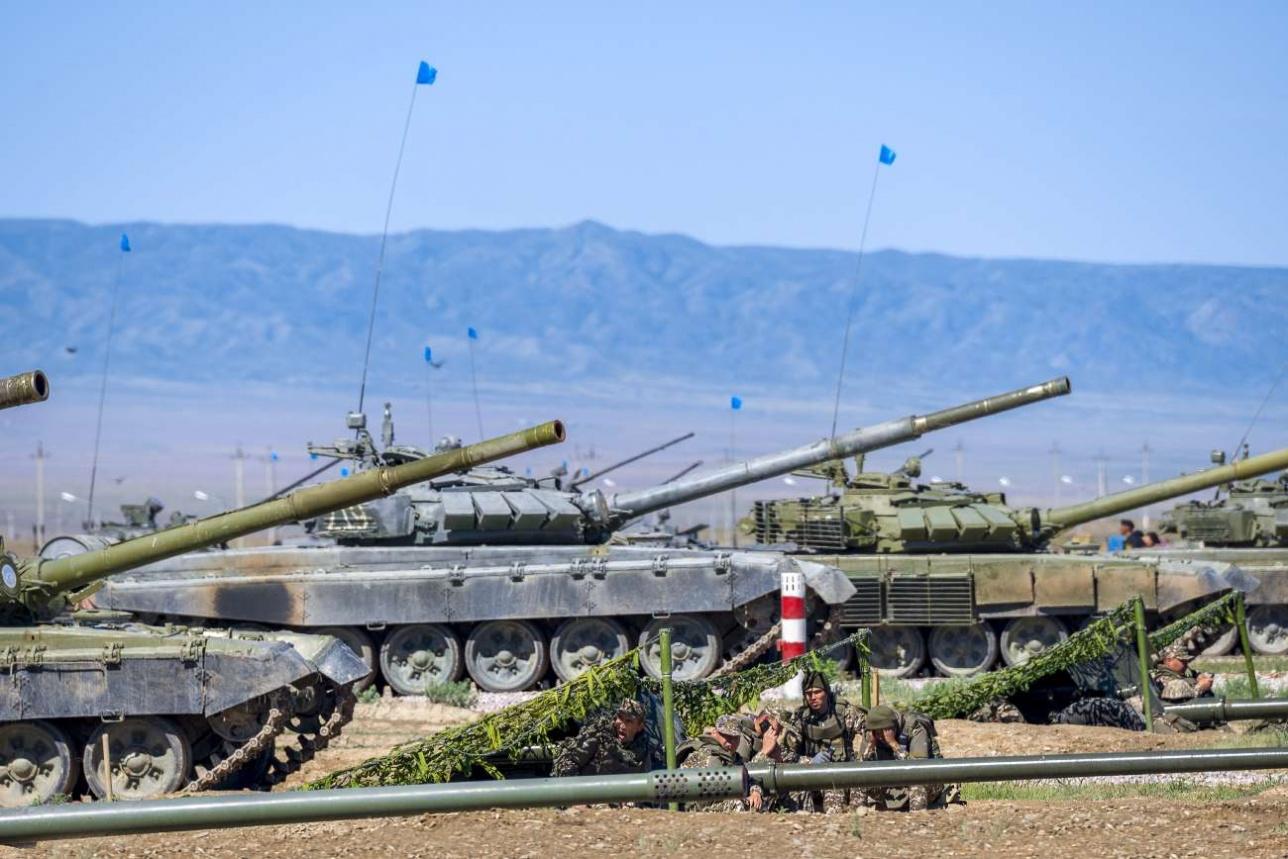 Танки Т-72Б на боевой позиции