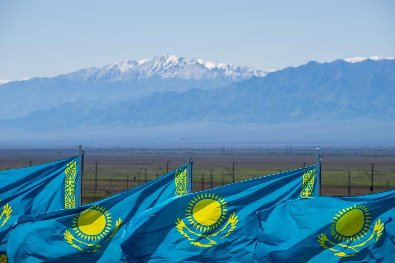 Государственная символика на фоне гор Заилийского Алатау