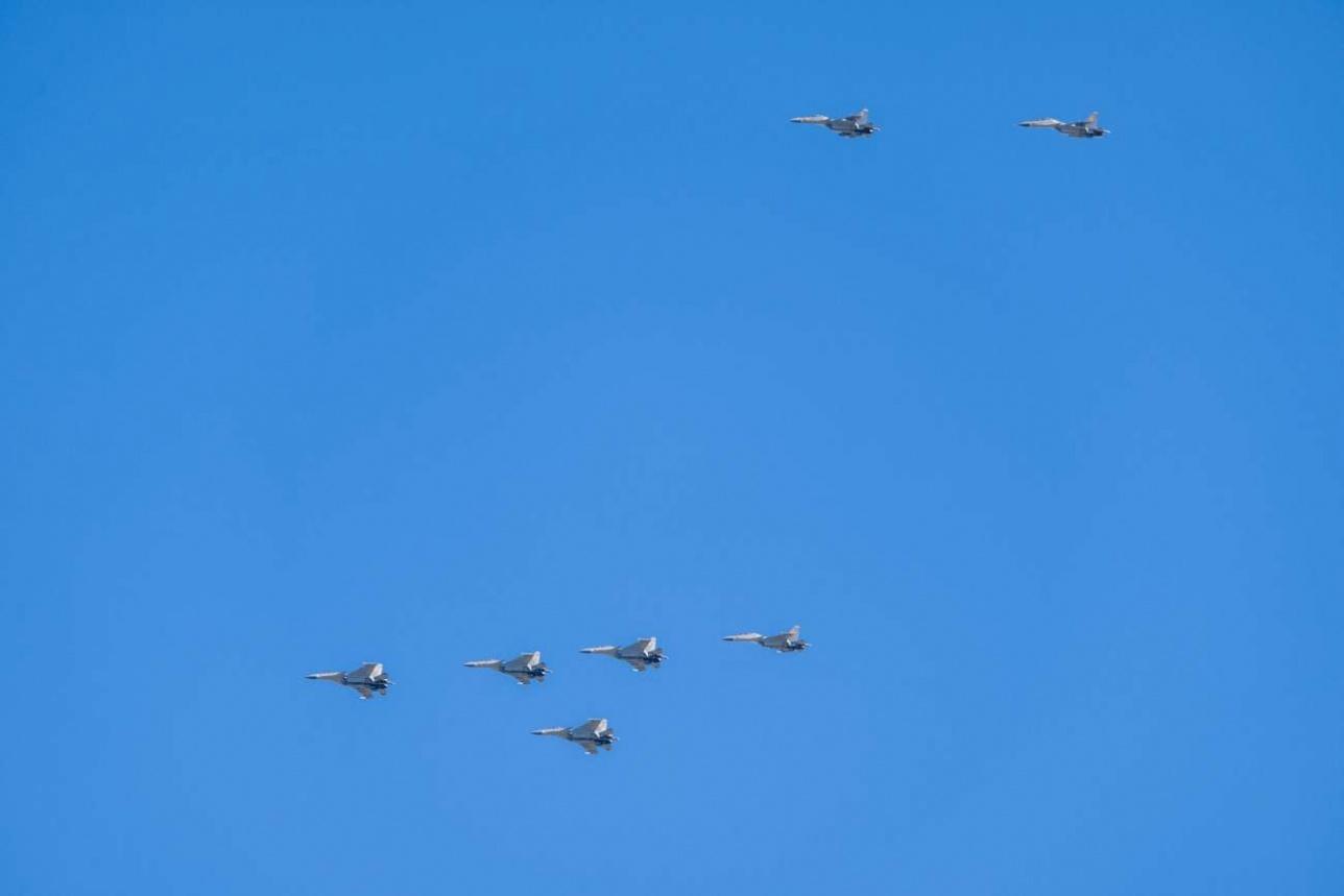 Звено Су-30СМ под прикрытием пары выполняет заход на цель