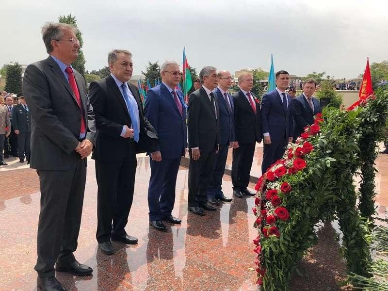 Торжественная церемония ко Дню Победы у Мемориала воинской славы в Наримановском районе Баку