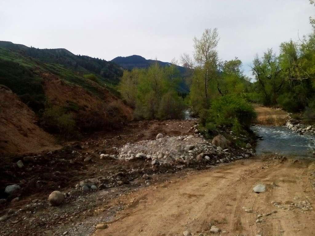 Слева – оползень, справа – река, и между ними петляет дорога