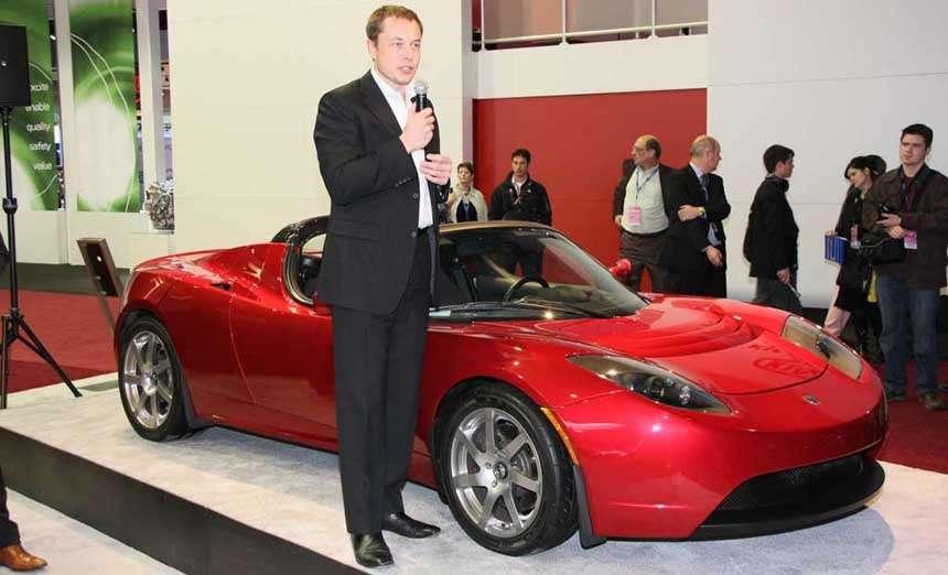 На презентации в 2006 году будущий миллиардер ещё был одет в деловой костюм