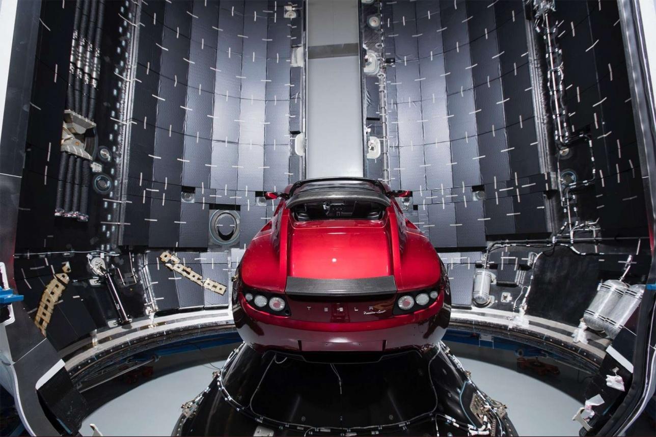 Свой личный автомобиль миллиардер Маск отправил в космос в качестве полезной нагрузки