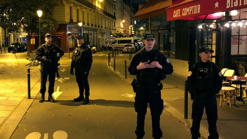 Полиция оцепила место нападения неизвестного на прохожих