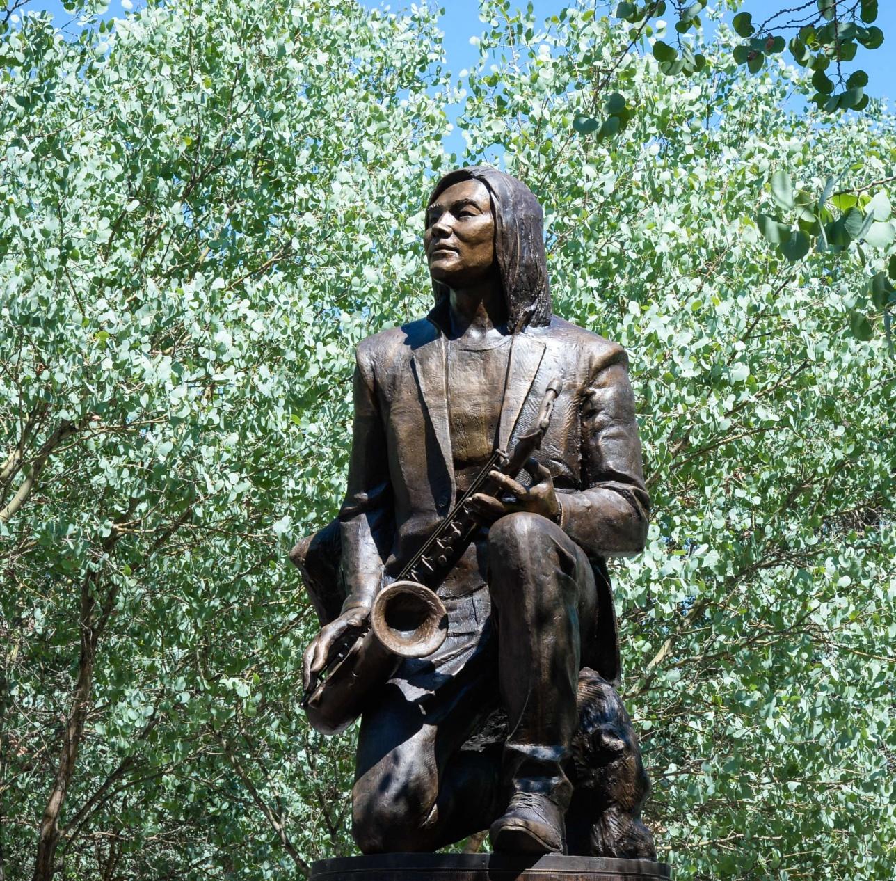 Памятник Батырхану Шукенову в его родном городе