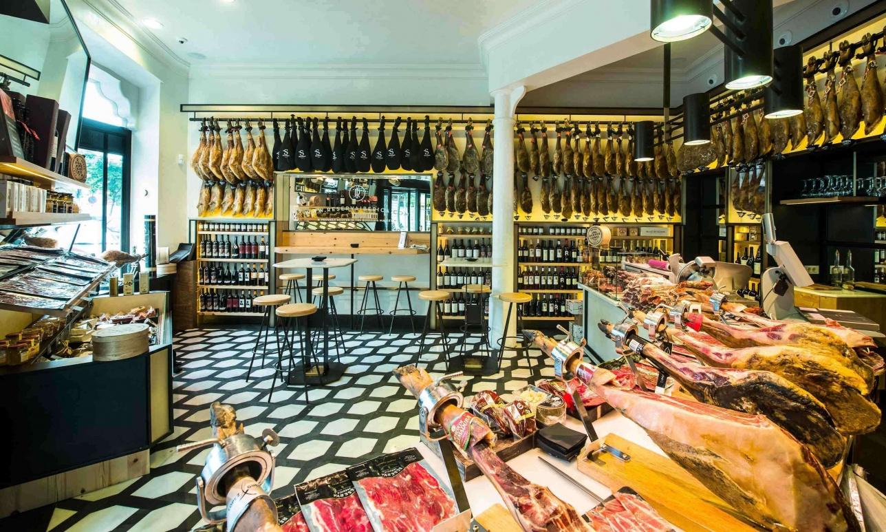 Хамо́н — испанский национальный деликатес, сыровяленый свиной окорок.