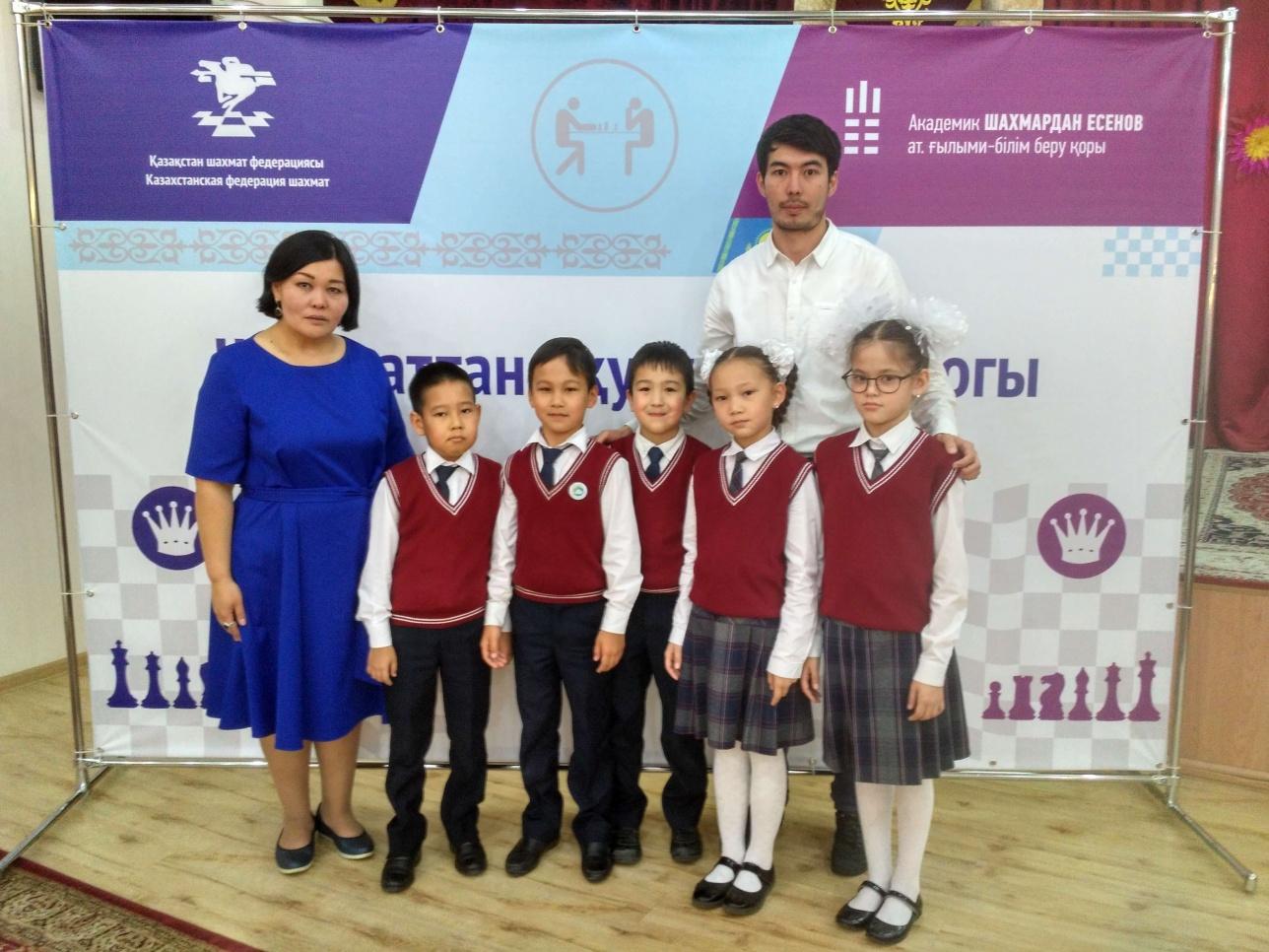 Салтанат Ногайболанова и школьники