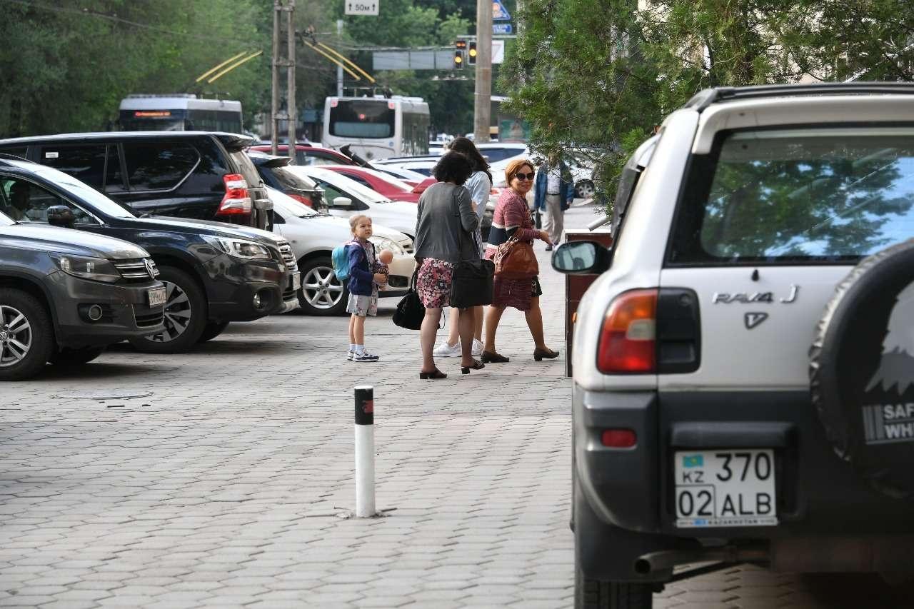 На улице Гоголя в ущерб пешеходам устроили парковку
