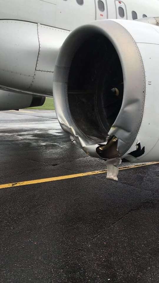 Самолёт повредил двигатель